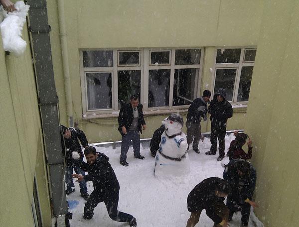 İş Arkadaşlarım Kardan Adam Etrafında Çatışma Halinde :)